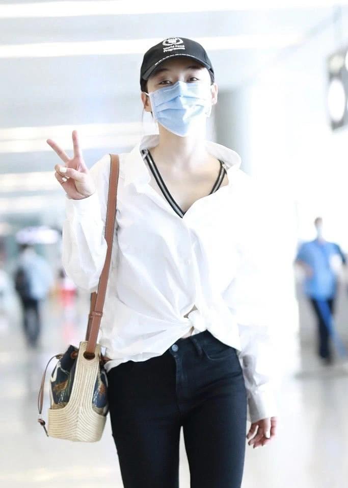 袁姗姗好会穿,白色衬衫打个结,配长裤潇洒又遮肉,