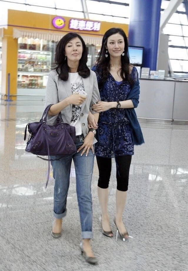 李嘉欣姐妹俩旧照曝光!罕见和姐姐牵手走机场,姐姐