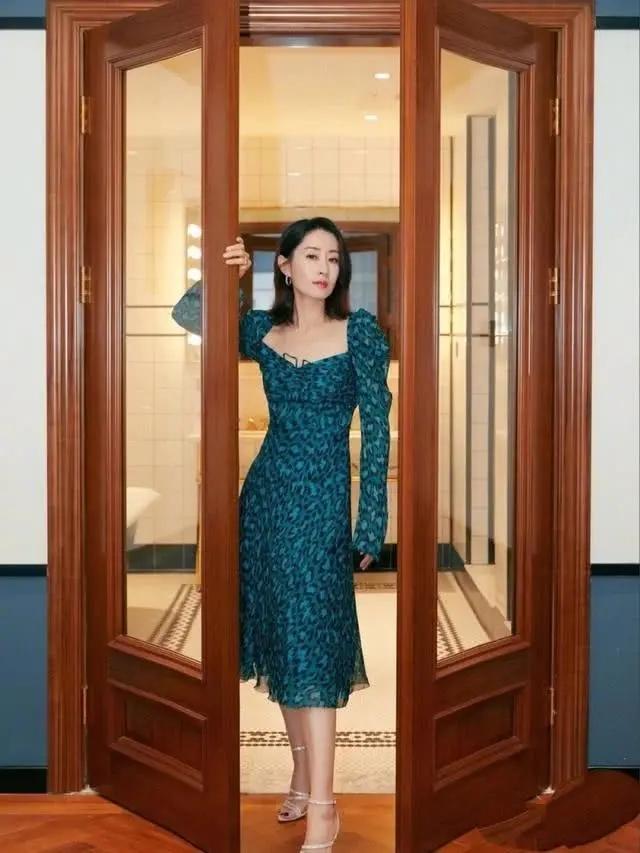 做好身材管理的中年女性有多美?看刘敏涛礼服loo