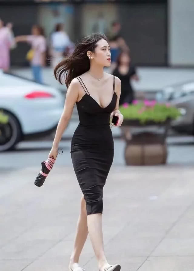 黑色长裙晚礼装,真是有闭月羞花之貌,尽显高雅