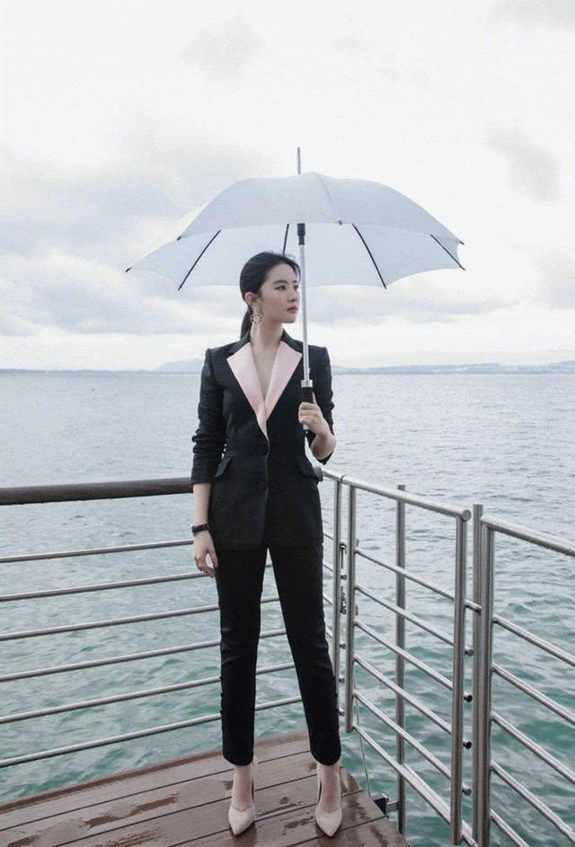 刘亦菲的气质太百变,碎花连衣裙穿出英气感,不愧是
