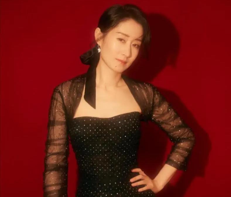 刘敏涛越来越有气质!黑色波点紧身裙优雅大气,身材