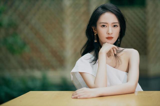 """""""顾佳""""童瑶就是气质好,穿白色斜肩连衣裙妩媚迷人"""