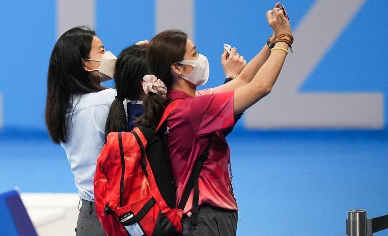 郭晶晶见证中国队夺冠,穿蓝色套装配中国红领带,举